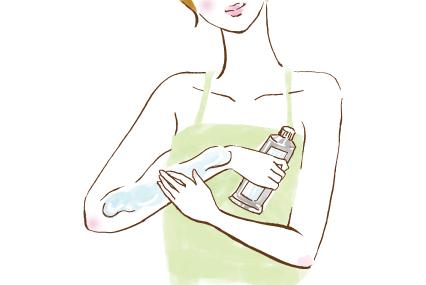 腕にシェービング剤を塗る女性