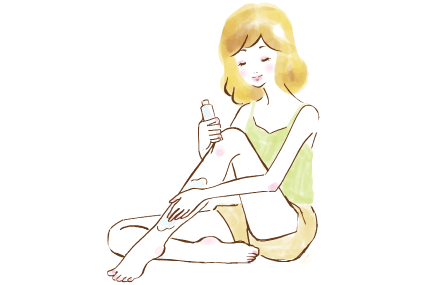 足にローションを塗る女性