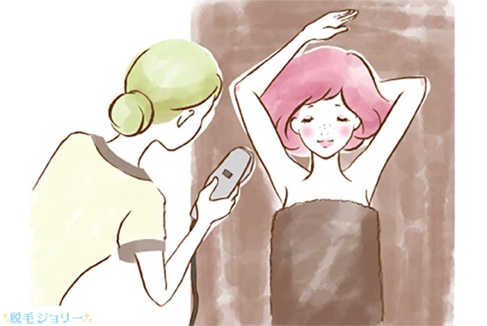 脱毛サロンの施術を受けている女性