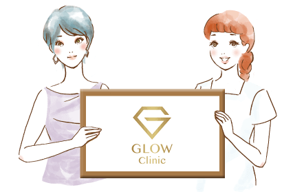 GLOWクリニックのロゴを持つタカコとスタッフ